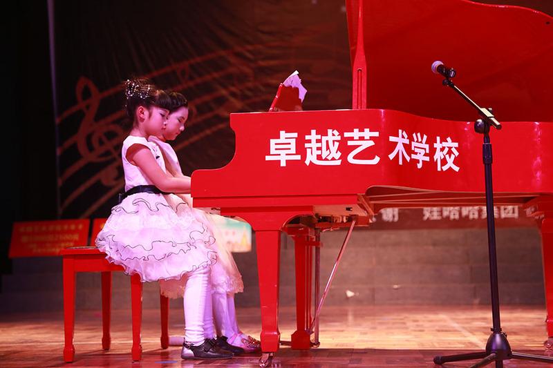 钢琴学员四手连弹