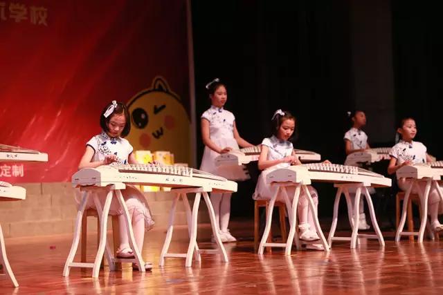 古筝学员演奏